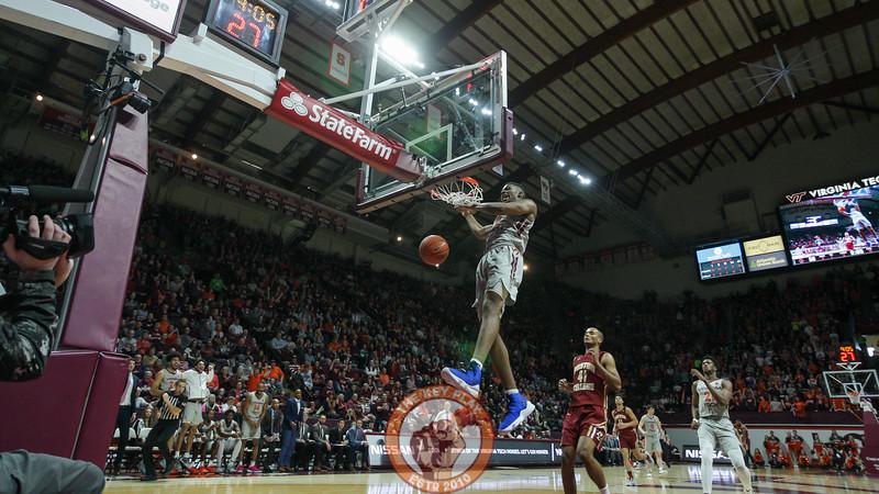 Landers Nolley slams a dunk home on a breakaway in the second half. (Mark Umansky/TheKeyPlay.com)
