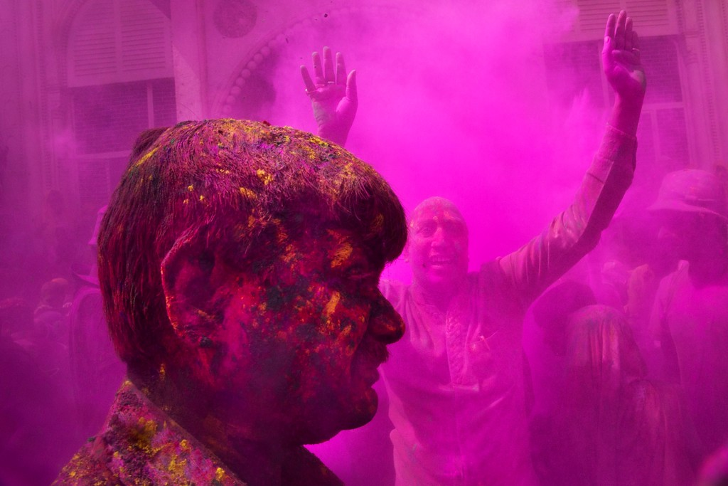 . Indian Hindu men smeared with colors play Holi, the Hindu festival of colors, at the Gopinath temple, in Vrindavan, 180 kilometers (112 miles) south-east of New Delhi, India, Thursday, March 9, 2017. (AP Photo/Bernat Armangue)