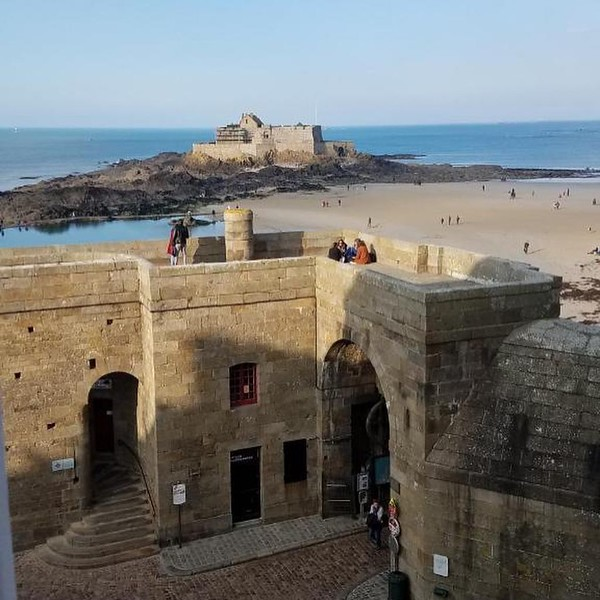 *unfiltered* streets of Saint-Malo. #ramparts #lebaie #chateaubriandstmalo #viewfromthehotel #streetsandtreats #allthelightwecannotsee #becareful #thetidecomesquickly