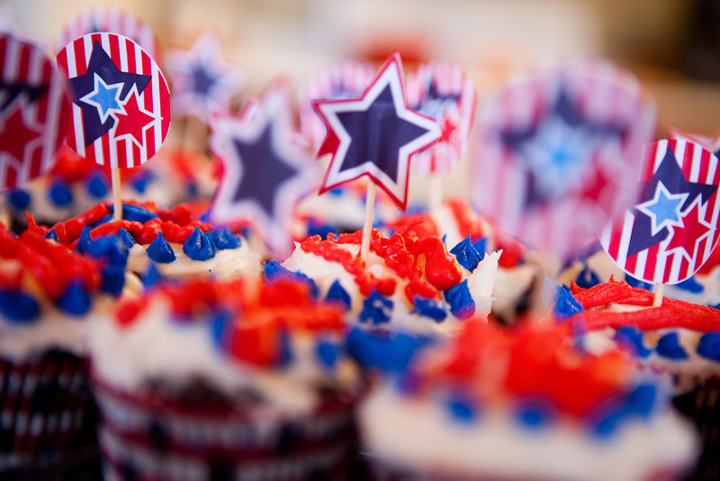 july 4  cupcakes with flags.jpg