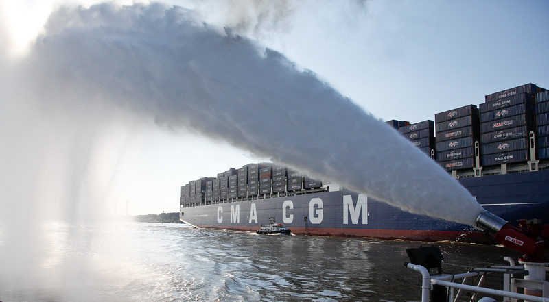 Schlepper Bugsier 5 begrüßt neues Containerschiff 397 m lang auf der Elbe Hamburg