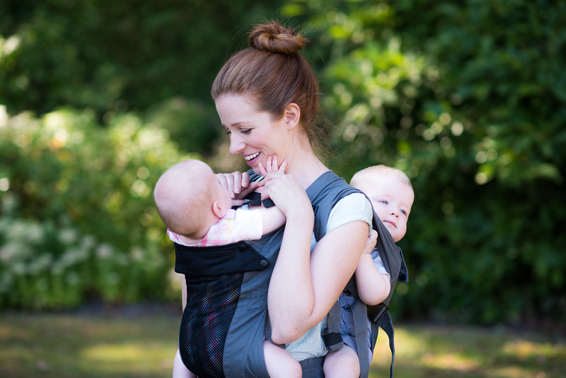 Izmi_Baby_Carrier_Breeze_Mid_Grey_Lifestyle_Twins_Mum_Playing_With_Baby.jpg
