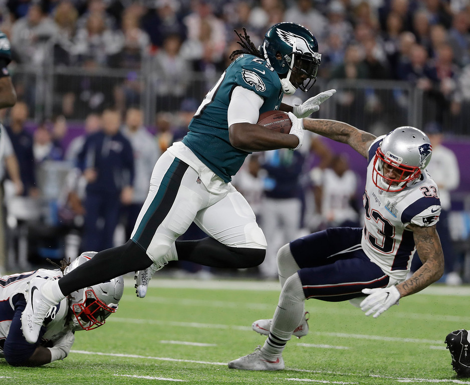 . Philadelphia Eagles\' LeGarrette Blount, center, breaks a tackle during the first half of the NFL Super Bowl 52 football game against the New England Patriots Sunday, Feb. 4, 2018, in Minneapolis. (AP Photo/Matt Slocum)
