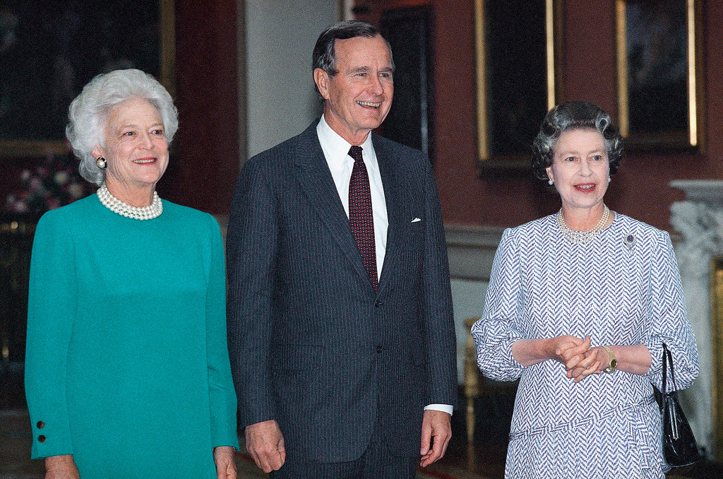 . President and Mrs. Bush pose with Queen Elizabeth, Thursday, June 1, 1989 in London at Buckingham palace where the queen hosted a lunch for the first family. (AP Photo/Doug Mills)