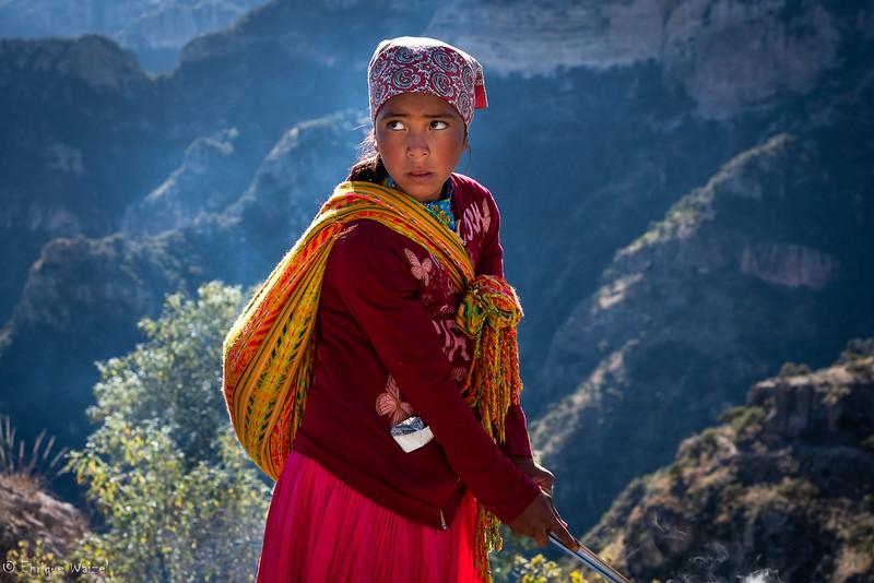 Tarahumara niña en el cañon.jpg