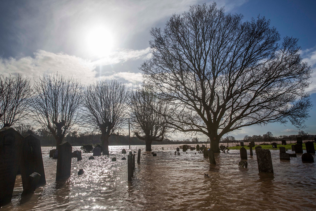 . Graves are surrounded by floodwater at St Deny\'s Church on February 13, 2014 in Severn Stoke, Worcestershire, England. The Environment Agency has issued flood warnings for dozens of areas along the River Severn. (Photo by Rob Stothard/Getty Images)