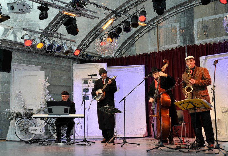 Band on stage at the Christmas Fair at the Gendarmenmarkt, Berlin.