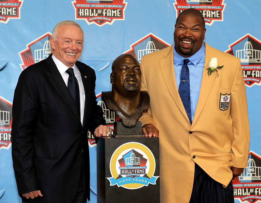 . New inductee Larry Allen (R) and Dallas Cowboys owner, President and General Manager Jerry Jones pose with Allen\'s bust after being inducted into the NFL Pro Football Hall of Fame in Canton, Ohio August 3, 2013. REUTERS/Aaron Josefczyk