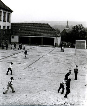Ausbau des Schulhofs der Koßmannschule mit Verbundsteinen 1978