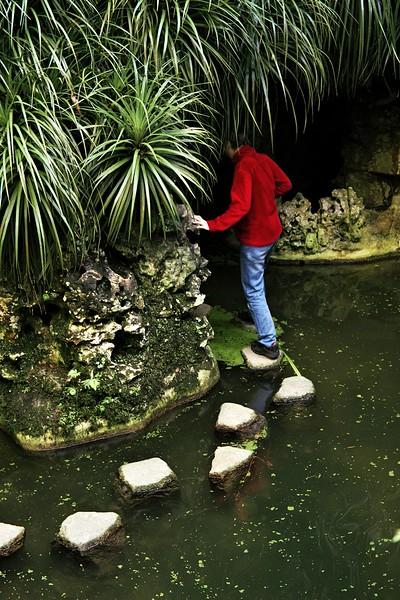 Odvážlivci se mohli po jezírku projít a vstoupit do jeskyní kolem něj... Údajně je tam zhruba 80 cm vody.