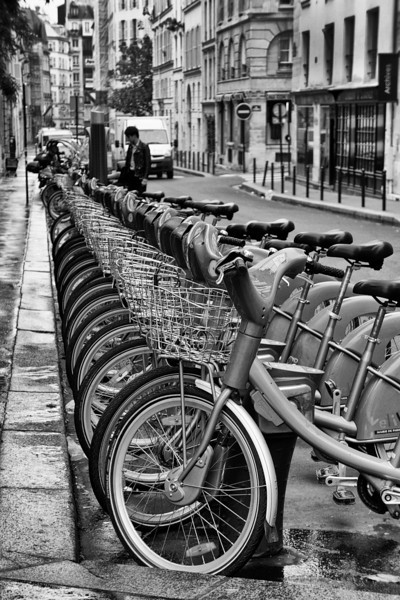 Paris bicycles B&W 4 rent 01074.jpg