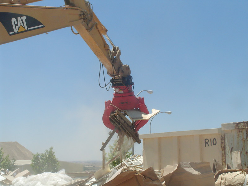 NPK DG-20 demolition grab on Cat excavator - C&D recycling (2).JPG