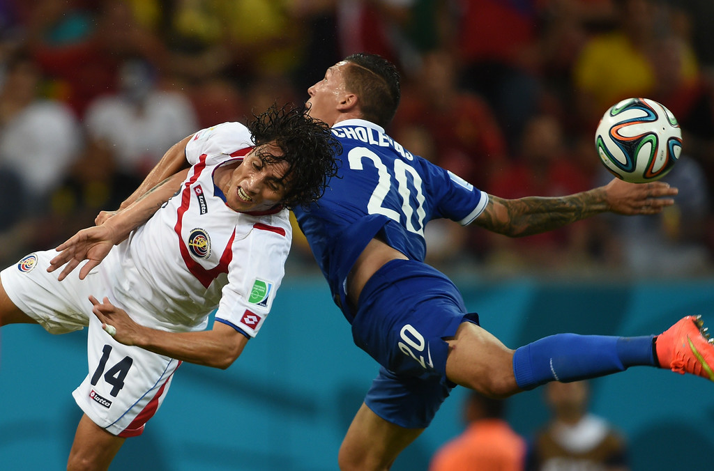 . Costa Rica\'s forward Randall Brenes (L) vies with Greece\'s defender Jose Holebas during a Round of 16 football match between Costa Rica and Greece at Pernambuco Arena in Recife during the 2014 FIFA World Cup on June 29, 2014. AFP PHOTO / PEDRO UGARTE