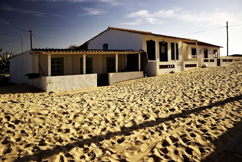 Pozoruhodně pískem zavátý dům u konce silnice na Ilha de Faro (už byl na jedné z předchozích fotografií částečně vidět)