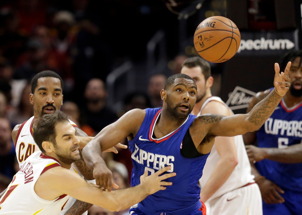 . Los Angeles Clippers\' Sindarius Thornwell, right, and Cleveland Cavaliers\' Jose Calderon, from Spain, battle for a loose ball in the first half of an NBA basketball game, Friday, Nov. 17, 2017, in Cleveland. (AP Photo/Tony Dejak)