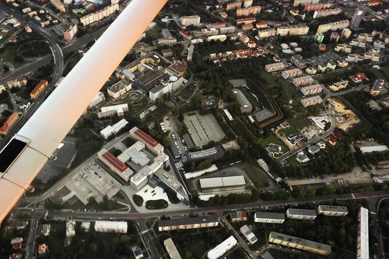 Mírně vlevo dole budovy teoretických ústavů, uprostřed nemocniční parkoviště a hned pod ním Biomedreg. Nad parkovištšm je vidět samotná fakultní nemocnice s heliportem