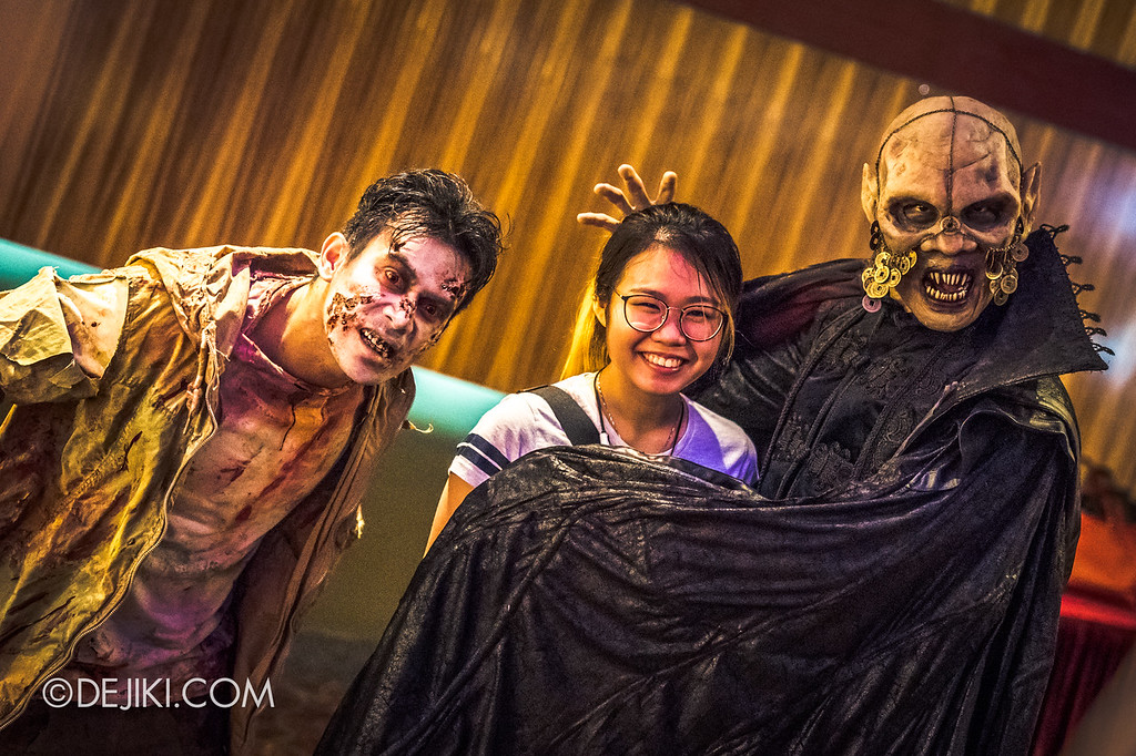 Universal Studios Singapore Halloween Horror Nights 8 / Scare Actor Appearances Lu Xi Fa and Zombie with girl