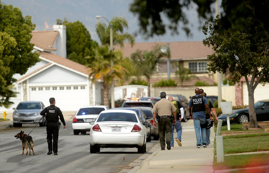 . San Bernadino County Sheriff\'s Deputies and Rialto Police officers search for pursuit suspects along the 100 block of East Meadow Lane in Rialto April 16, 2013.  GABRIEL LUIS ACOSTA/STAFF PHOTOGRAPHER.