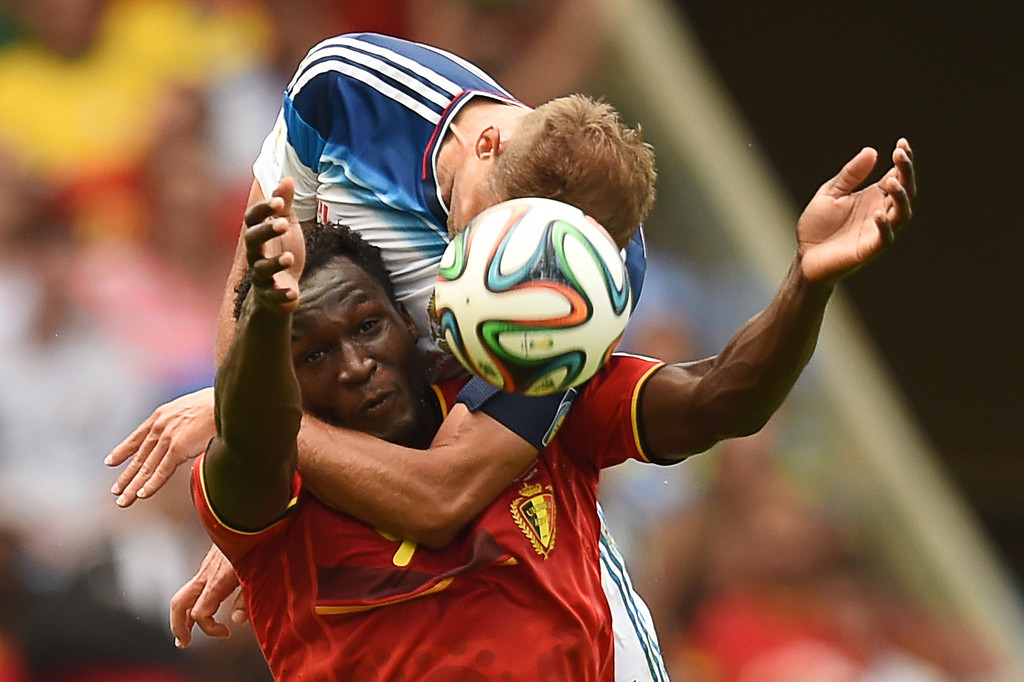 . Belgium\'s forward Romelu Lukaku (L) is tackled by Russia\'s defender Vasily Berezutsky  during the Group H football match between Belgium and Russia at The Maracana Stadium in Rio de Janeiro on June 22, 2014, during the 2014 FIFA World Cup. AFP PHOTO / KIRILL KUDRYAVTSEV