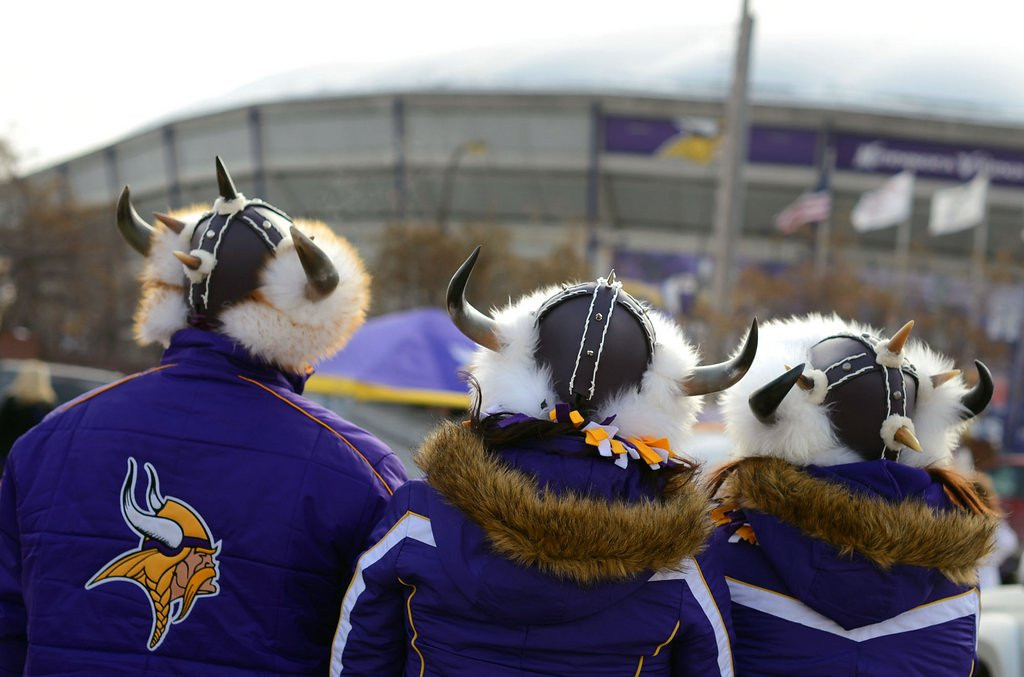 ". <p>7. (tie) VIKINGS SEAT LICENSES <p>A great option for fans who�ve got a few thousand dollars in spare change lying around the house. (unranked) <p><b><a href=\'http://www.twincities.com/localnews/ci_25085977/vikings-stadium-seat-licenses-range-from-9-500\' target=""_blank\""> HUH?</a></b> <p>   (Pioneer Press: Chris Polydoroff)"