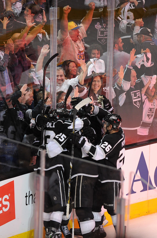 . Kings celebrate Trevor Lewis\' game-winning goal against the Sharks late in the third period. (Michael Owen Baker/Staff Photographer)