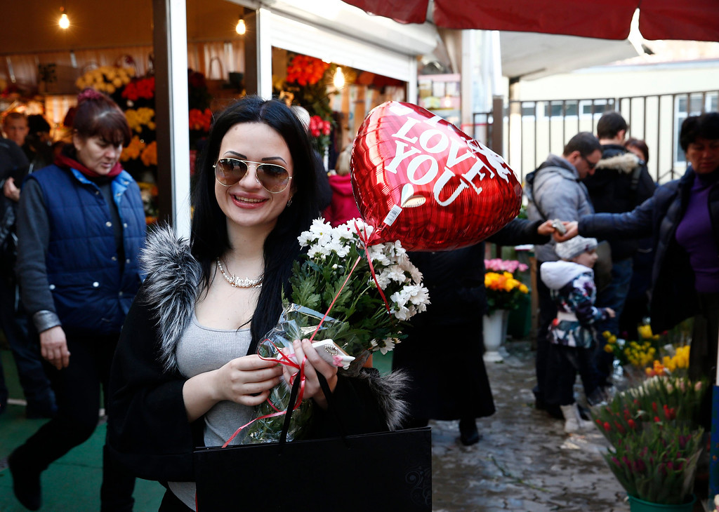 . People buy flowers for Valentines day in downtown Sochi, Russia, during the Sochi 2014 Olympic Games, 14 February 2014.  EPA/VINCENT JANNINK