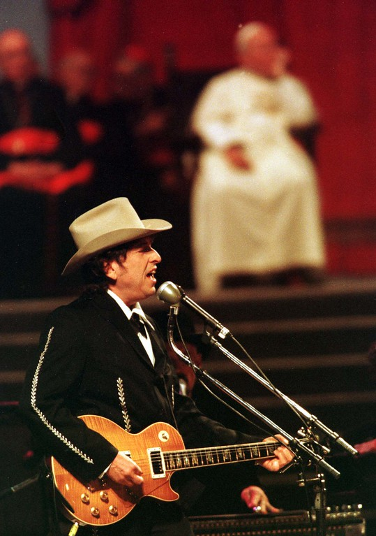""". American pop legend Bob Dylan sings \""""Knocking on Heavens doors\"""" in front of Pope John Paul II  during a concert in honour of the Pontiff in Bologna Saturday, September 27, 1997. An estimated crowd of 300,000 youths attended the concert. (AP Photo/Luca Bruno)"""