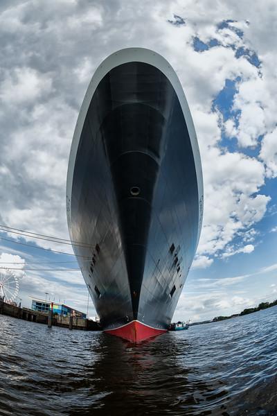 Queen Mary 2 von vorne