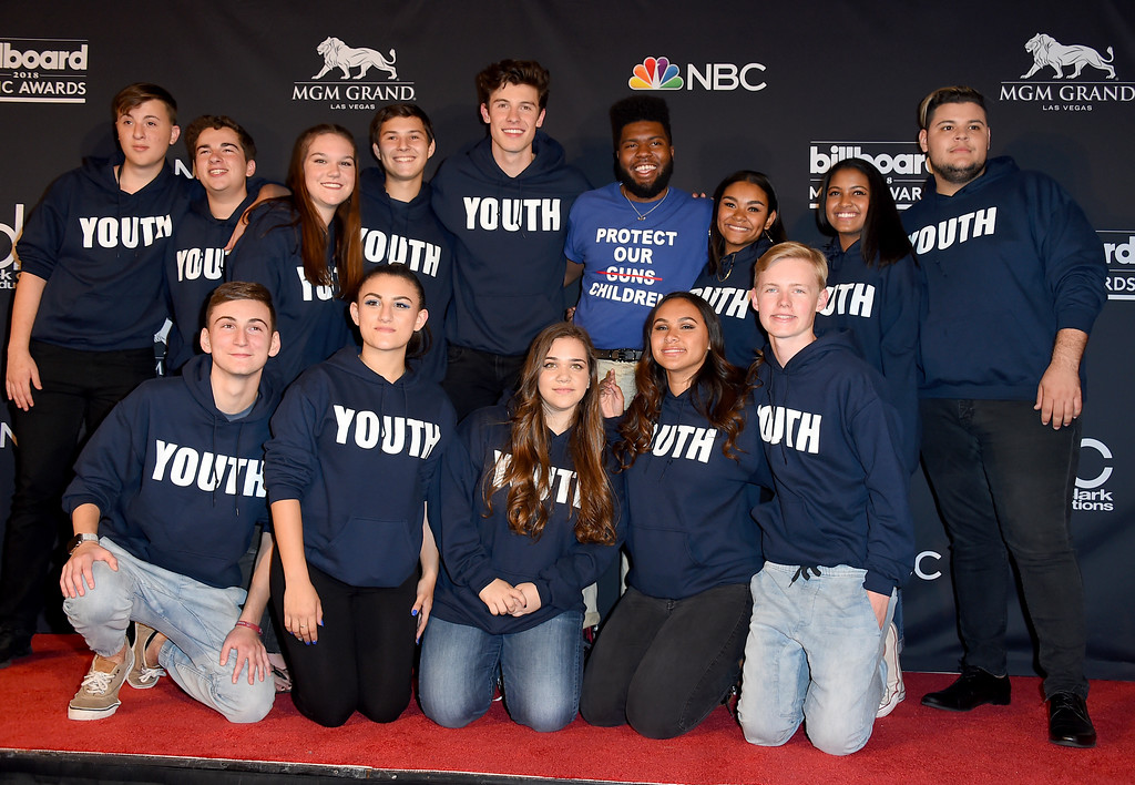 . Shawn Mendes, fifth from left, and Khalid, forth from right, pose in the press room with the Stoneman Douglas choir, of the Marjory Stoneman Douglas High School at the Billboard Music Awards at the MGM Grand Garden Arena on Sunday, May 20, 2018, in Las Vegas. (Photo by Jordan Strauss/Invision/AP)
