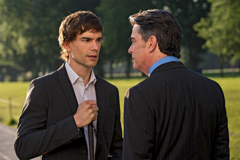 """. \""""Vamos\"""" Episode 401 -- Pictured: (l-r) Christopher Gorham as Auggie Anderson, Peter Gallagher as Aurthur Campbell -- (Photo by: David Giesbrecht/USA Network)"""