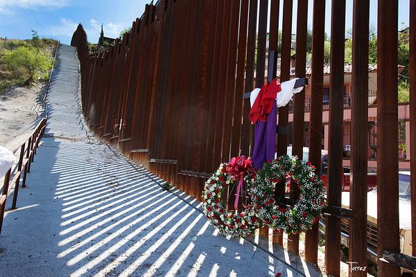 Cardinal,Bishops hold Mass at  border fence.