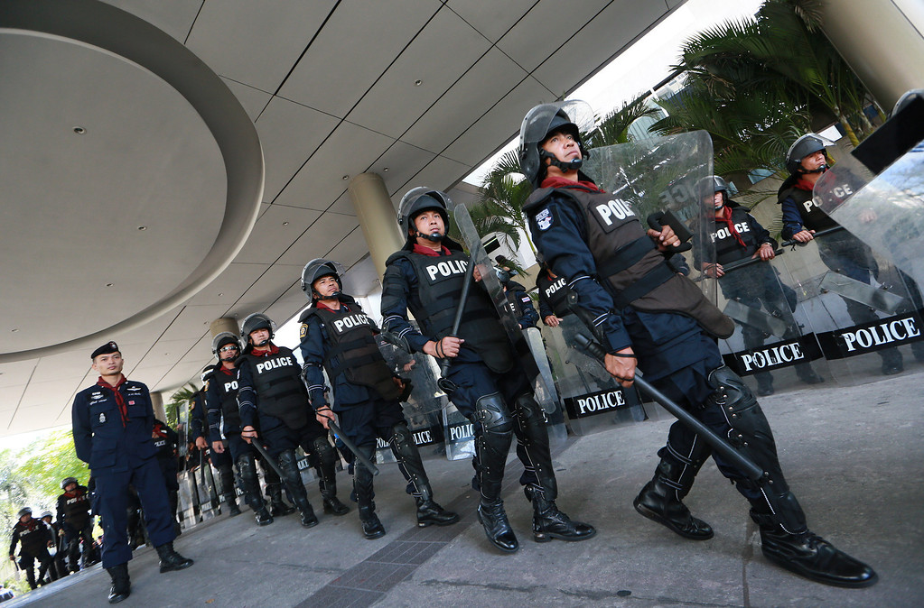 . Thai riot police march to secure outside the headquarters of Prime Minister Yingluck Shinawatra\'s ruling Pheu Thai Party in Bangkok, Thailand, Friday, Nov. 29, 2013.  (AP Photo/Wason Wanichakorn)