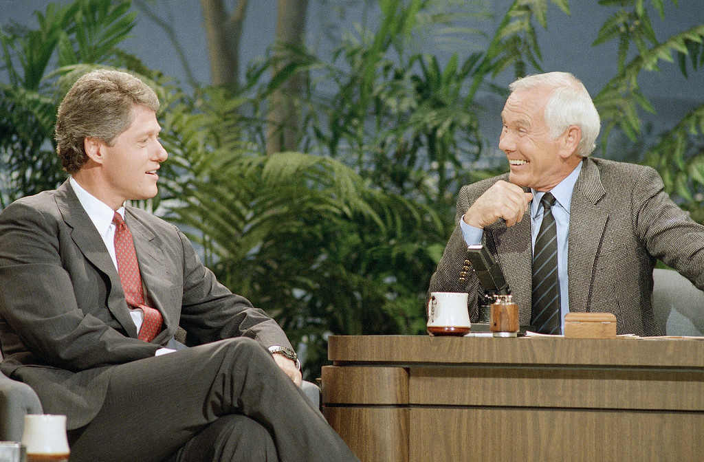 ". Arkansas Governor Bill Clinton talks with Johnny Carson during his appearance on ""The Tonight Show Starring Johnny Carson,\"" in Burbank, Calif., July 28, 1988. Carson has made jokes about Clinton\'s lengthy nomination speech at the Democratic National Convention in Atlanta. (AP Photo/Bob Galbraith)"
