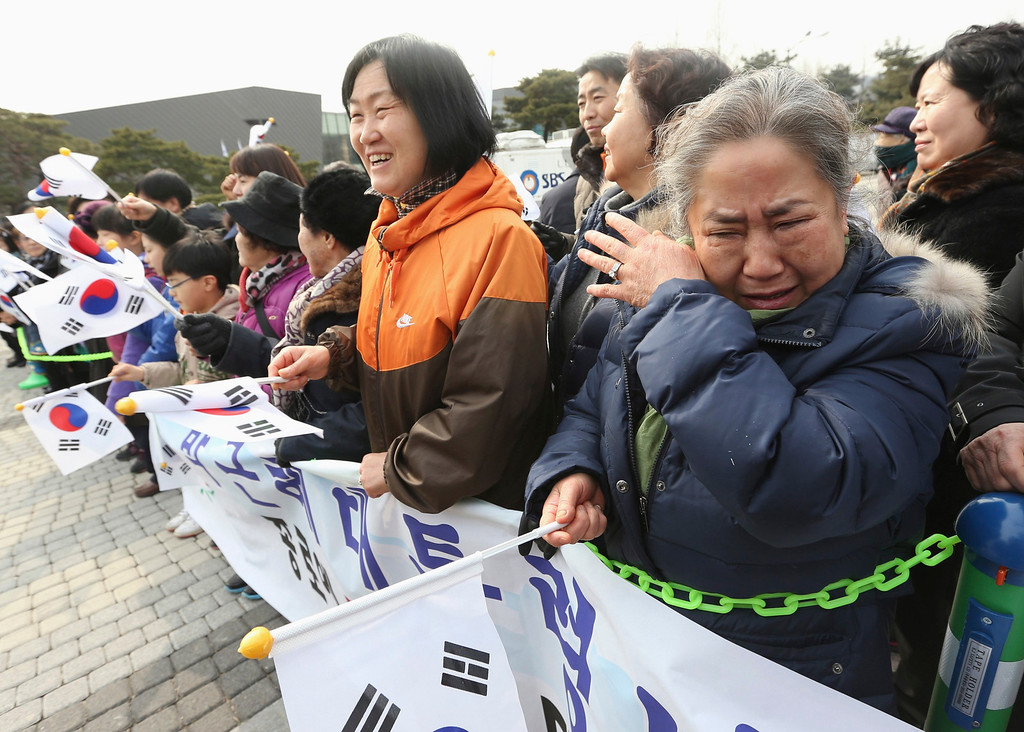 . Residents living near the presidential Blue House greet South Korea\'s new President Park Geun-hye before she arrives at the Blue House in Seoul February 25, 2013.  REUTERS/Sin Jun-hee/Yonhap