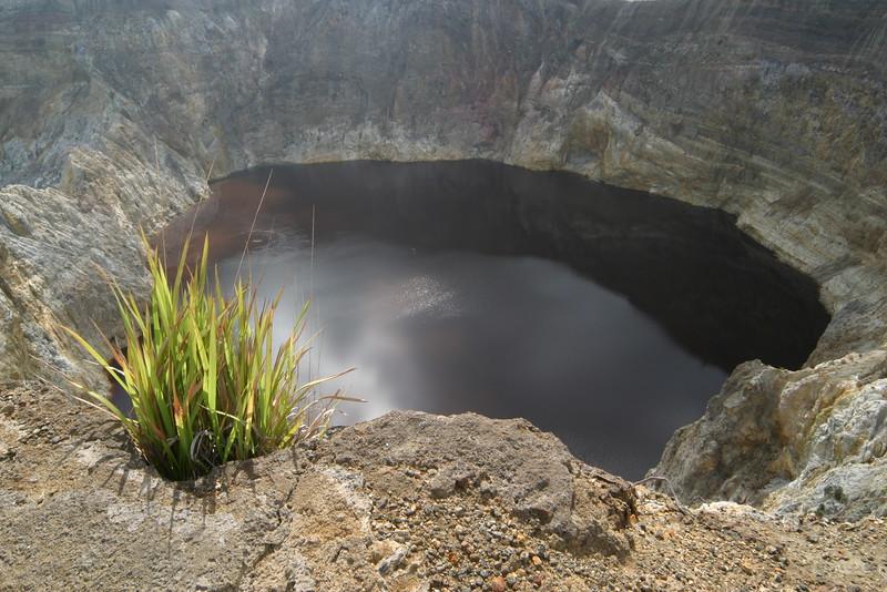 IN152-Kelimutu lake#black.JPG