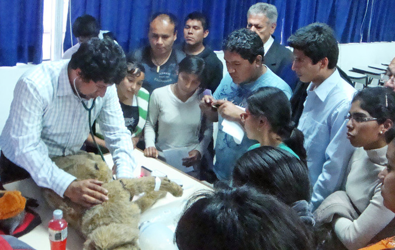 Here Dr. Alberto Delgado, who teaches as the Universidad Ricardo Palma veterinary school in Lima, using the Critical Care Jerry mannequin from Rescue Critters and other alternatives, demonstrates the use of Jerry. This mannequin produces normal and a range of pathological heart and breath sounds, and does several other things.
