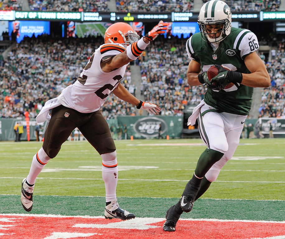 . EAST RUTHERFORD, NJ - DECEMBER 22:  Wide receiver David Nelson #86 of the New York Jets scores a touchdown against Buster Skrine #22 of the Cleveland Browns in the second half at MetLife Stadium on December 22, 2013 in East Rutherford, New Jersey. (Photo by Ron Antonelli/Getty Images)