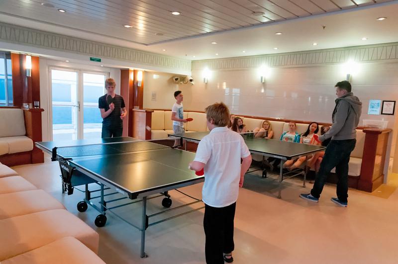 Richard hat so viel Tischtennis gespielt, dass sein Handgelenk weh tat und von Helga verbunden wurde musste.