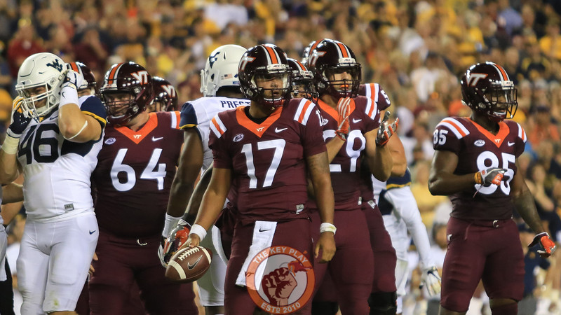 QB Josh Jackson and the rest of the Virginia Tech offense look towards the sideline for the next play call. (Mark Umansky/TheKeyPlay.com)