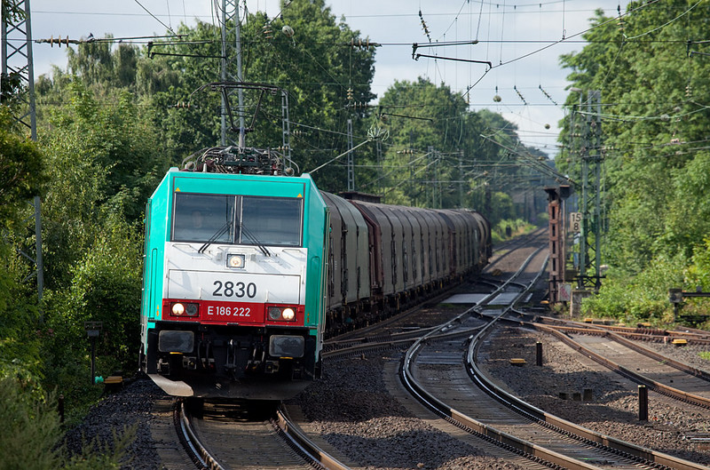 Due to construction-related detours of freight trains off the KBS480 (Cologne-Aachen), a number of freights ran on the otherwise fairly boring KBS 485 via Grevenbroich, where they turned south for Cologne. Here Cobra-Traxx 2830 leads the FE 44527 (Antwerp/B - Gremberg) downgrade into Herzogenrath.