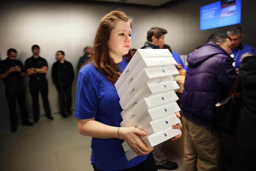 . An Apple employee carries boxes of the new iPad Air at the Apple store on November 1, 2013 in New York City. (Photo by Spencer Platt/Getty Images)