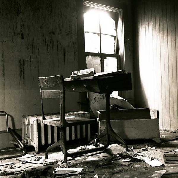 48555447_school desk
