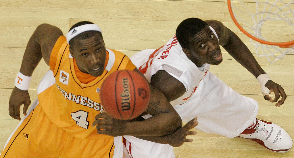 . Tennessee\'s Wayne Chism, left, battles Ohio State\'s Othello Hunter, right, for a rebound during their NCAA South Regional semifinal basketball game at the Alamodome in San Antonio, Thursday, March 22, 2007.  (AP Photo/\\Eric Gay)