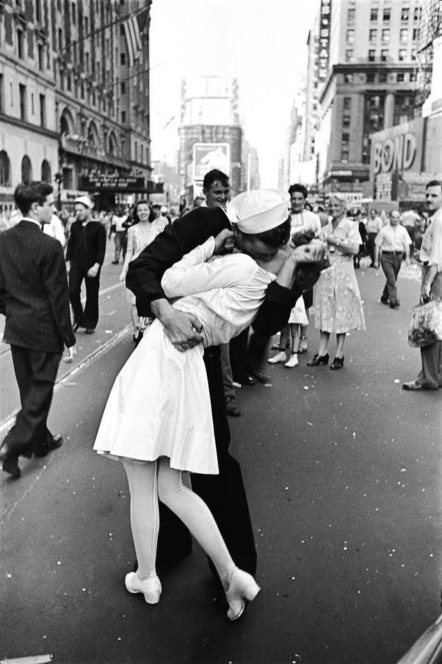 World Famous Photos - V-J day in Times Square - Alfred Eisenstaedt – 1945