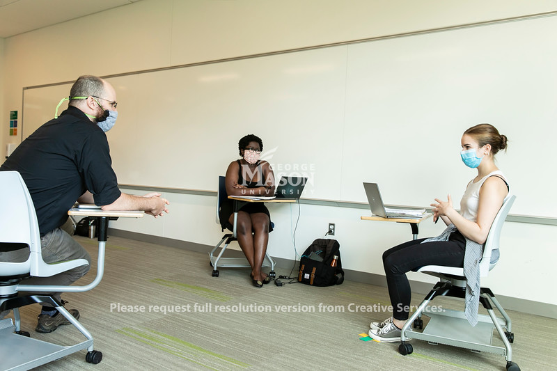 Richard Todd Stafford, Director of Communications, teaching HNRS 361-002: Rsrch & Creative Prjct Seminar class.   Photo by:  Ron Aira/Creative Services/ George Mason University