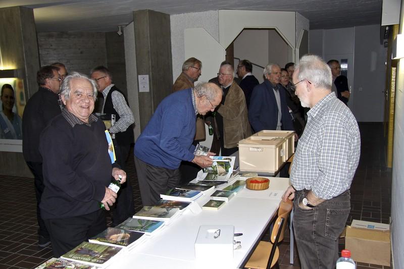 Ehrenmitglied Ferdinand Bernet, Altbüron, interessiert sich für alte Bücher und Karten © Stefan Bossart