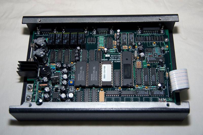 De binnenkant van de ST-4, de firmware versie is SBIG U31-V4B, de revisie van de hoofdprint is L