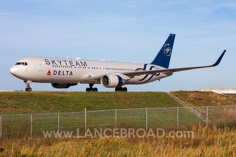 Delta 767-300ER - N175DZ - MCO