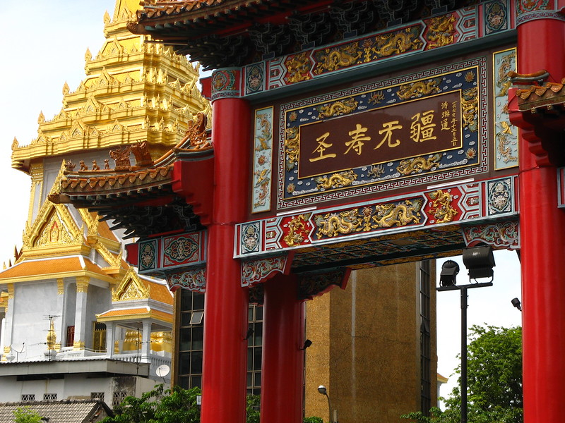 Wat Trimit with the Yaowarat Gate in front