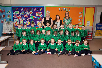 Pictured are Miss Dawsons Primary 1 class with classroom assistants Fionnula Collins and Cathy McConnell. R1439004